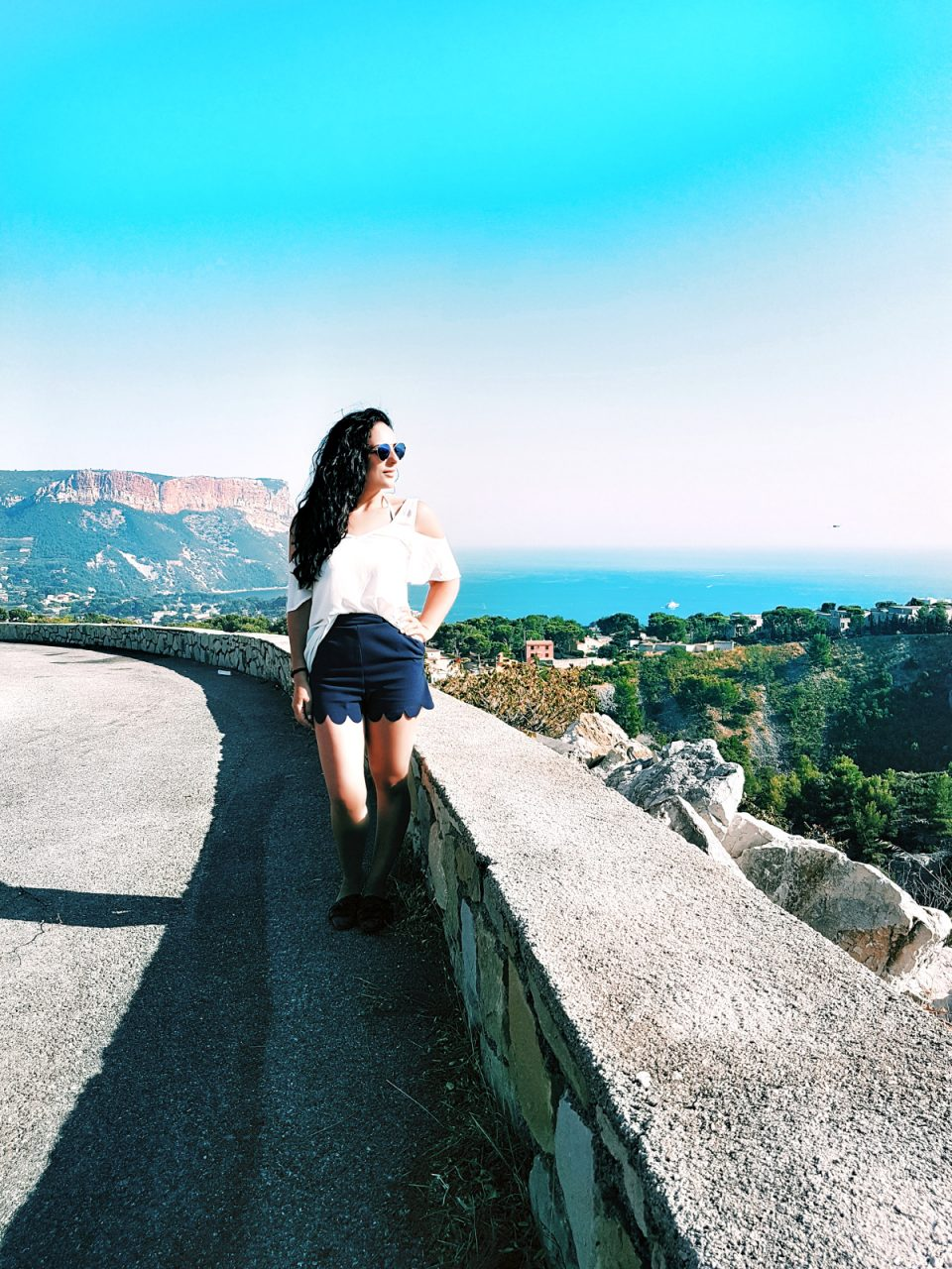 blaue-shorts-weißes-top-modeblog-fashionblog-sommer-outfit.